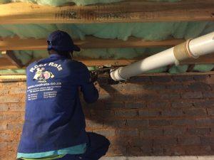 Installing underfloor insulation. Isotherm.